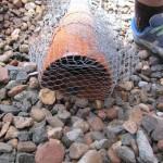 Hasendraht verhindert eindringen von Steinen.